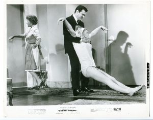 Thelma Ritter and Tony Curtis dragging one of his fiancees, who's been drugged unconscious
