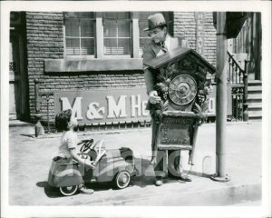 """Red Skelton crossing the road with a cuckoo clock in """"The Yellow Cab Man"""""""