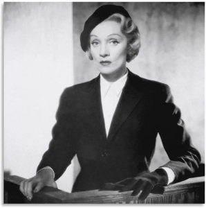 """Marlene Dietrich testifying in """"Witness for the Prosecution"""""""